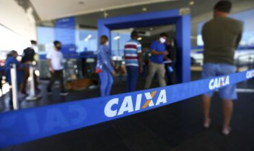 Caixa paga R$ 300 a 1,6 milhão de beneficiários do Bolsa Família