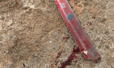 Briga conjugal acaba com homem esfaqueando mulher em avenida de Chapadão do Sul
