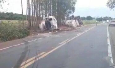 Caminhão que tombou na BR-158 tentou desviar de pneu que se soltou de carreta