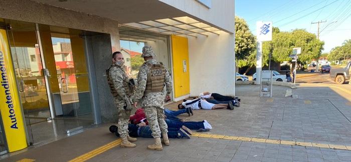 Polícia surpreende bandidos, evita assalto a banco e um morre na troca de tiros